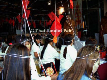 Schutzamulett Thao Wetsuwan (Yak) Nuea Thong Daeng Thai Amulett des ehrwürdigen Luang Phu Thong (Phra Ratcha Molee Promma Sappanyo), Abt des Wat Sam Ploem, (auch Wat Chakrawat Ratchawat Woramahawihan), Tambon Chakkrawat, Khet Samphan Thawong, Bangkok. - Vorschau 3