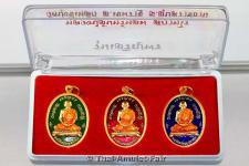 Vergoldetes Thai Amulett Set Phra Rian Charoen Porn Ruup Khai Tem Ong Nuea Thong Daeng Chup Thong Longya Saam Sii des ehrwürdigen Luang Phu Chan Hoom Supatharo, Abt des Wat Bung Khee Lek in Ubon Ratchathani, Nordost-Thailand vom 17.11.2556 (2013).
