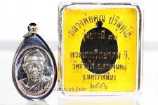 3x geweihtes Thai Amulett Phra Rian Ruun Baramee 90 Nuea Alpaka des ehrwürdigen Luang Pho Koon Parisuttho, Abt des Wat Banrai in Korat. Das Amulett wurde anlässlich seines bevorstehenden 90. Geburtstages in einer nummerierten Serie herausgegeben.