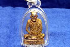 Luang Pho Ngern Thai Amulett Ruup Loor Nuea Loo Boran Thai-Amulett des ehrwürdigen Chao Athikan Thanaphon Kunawanto, Abt des Wat Nong Sakae, Tambon Noen Sawang, Amphoe Po Prathap Chang, Changwat Pichit, Süd-Thailand aus dem Jahr B.E. 2551 (2008).