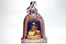 Thai Amulett in Glockenform - Rian Rakhang Nuea Thong Lueang Longya Sii Faa Ruun Kroop Roop 60 Pii Thai Amulett des ehrwürdigen Luang Pho Thiraphan Mettavihari (Phra Khru Kraisorn Virat), Wat Phutta Viharn (auch Wat Buddhavihara), Amsterdam, Niederlande.
