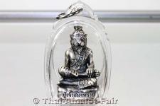 Magisches Thai Amulett von Luang Phu Naen Versilbertes und satiniertes Ruup Loor Phu Chao Saming Prai Nuea Loha Chup Ngern Satin Ruun Baramee Phu Chao des ehrwürdigen Luang Phu Naen Kaew Kampeero, Abt des Wat Ban Kaset Thung Setthi, Tambon Waeng, Roi Et.