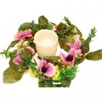 Tischkranz auf Weide mit dekorativen Blüten und LED-Kerze