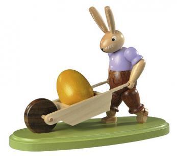 Kleinkunst aus dem Erzgebirge® seit 1899 - Hase mit Schubkarre farbig lasiert, klein, 11cm