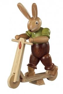 Müller-Kleinkunst aus dem Erzgebirge® seit 1899 Hase auf Roller, 11 cm