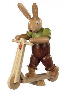 Kleinkunst aus dem Erzgebirge® seit 1899 - Hase auf Roller farbig lasiert, klein, 11cm
