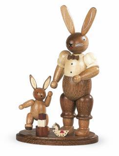 Müller-Kleinkunst aus dem Erzgebirge® seit 1899 Hasenvater mit spielendem Kind