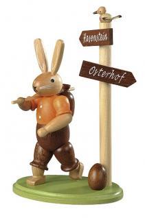 Kleinkunst aus dem Erzgebirge® seit 1899 - Hase Wanderer am Wegweiser farbig lasiert, klein, 14cm
