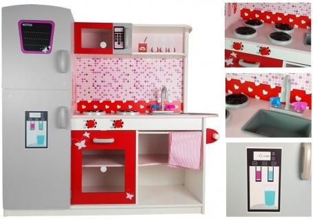 Holzküche mit Kühlschrank und Mikrowelle