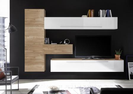 Wohnzimmerwand in Weiß Nussbaum Optik hell Veldig