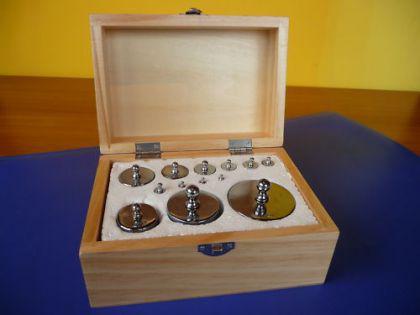 Kaufladen Ladenwaage Metall MAXI Gewichte Metallgewichte 13er in Holzbox