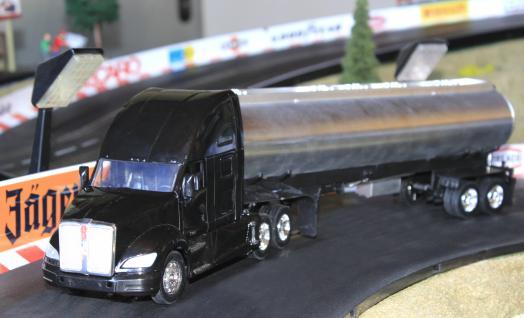 Spielzeug LKW Kenworth T-700 Petroleum Transporter in 1:32 - Vorschau 2