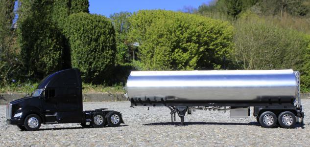 Spielzeug LKW Kenworth T-700 Petroleum Transporter in 1:32 - Vorschau 5