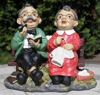 Gartenfigur Opa und Oma auf einer Gartenbank Parkbank
