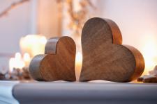 2 Herzen aus Mango Holz, Tisch Deko Figur Herz Skulptur Objekt Set