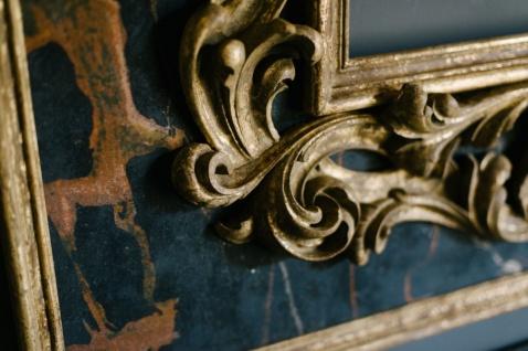 Casa Padrino Barock Spiegel Schwarz / Gold 104, 5 x H. 128 cm - Prunkvoller handgefertigter Wandspiegel mit dekorativem Rahmen und wunderschönen Verzierungen - Vorschau 3