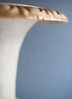 Casa Padrino Barock Gusseisen Vase mit Sockel Weiß / Gold Ø 55 x H. 78 cm - Prunkvolle Gartendeko im Barockstil - Vorschau 3