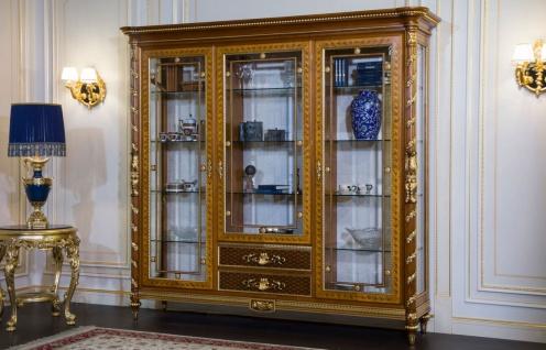 Casa Padrino Luxus Barock Vitrine Hellbraun / Braun / Gold 239 x 57 x H. 221 cm - Prunkvoller Massivholz Vitrinenschrank mit 3 Glastüren - Hotel Restaurant Schloss Möbel - Luxus Qualität - Made in Italy