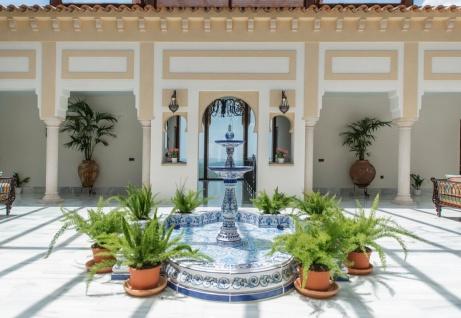 Casa Padrino Luxus Jugendstil Springbrunnen Weiß / Blau 300 x 300 x H. 155 cm - Handgefertigter & Handbemalter Keramik Gartenbrunnen - Barock & Jugendstil Garten Deko Accessoires