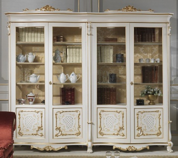 Casa Padrino Luxus Barock Vitrine Weiß / Creme / Beige / Gold 276 x 60 x H. 230 cm - Edler Massivholz Vitrinenschrank mit 4 Türen - Barock Wohnzimmer Möbel - Luxus Qualität