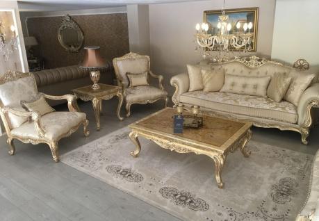 Casa Padrino Luxus Barock Wohnzimmer Set Gold / Antik Gold - 2 Sofas & 2 Sessel & 1 Couchtisch & 2 Beistelltische - Handgefertigte Wohnzimmer Möbel im Barockstil - Edel & Prunkvoll