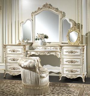 Casa Padrino Luxus Barock Schlafzimmer Set Weiß / Gold - 1 Schminkkommode & 1 Spiegel & 1 Sessel - Prunkvolle Schlafzimmer Möbel - Hotel Möbel - Schloss Möbel - Luxus Qualität - Made in Italy