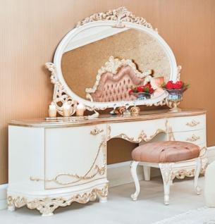 Casa Padrino Luxus Barock Schlafzimmer Set Rosa / Weiß / Creme / Kupferfarben - 1 Schminkkommode & 1 Spiegel & 1 Hocker - Prunkvolle Schlafzimmer Möbel im Barockstil - Luxus Qualität