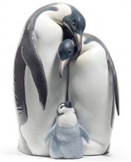Casa Padrino Luxus Porzellanfigur / Skulptur Pinguin Familie Mehrfarbig 16 x H. 25 cm - Luxus Kollektion