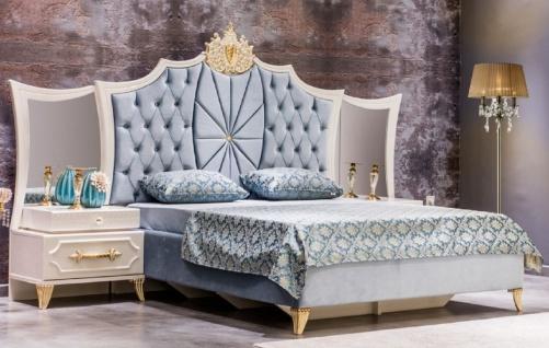 Casa Padrino Luxus Barock Schlafzimmer Set Blau / Weiß / Gold - 1 Doppelbett mit Kopfteil & 2 Nachttische mit Spiegel - Barock Schlafzimmer Möbel - Edel & Prunkvoll