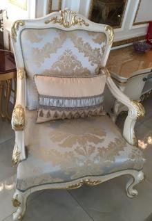 Casa Padrino Luxus Barock Sessel Hellblau / Weiß / Gold - Prunkvoller Wohnzimmer Sessel mit elegantem Muster - Barock Wohnzimmer Möbel