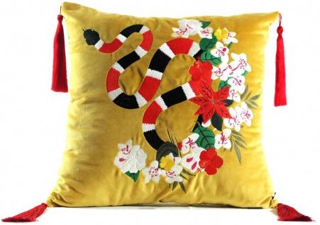Casa Padrino Luxus Deko Kissen mit Troddeln Snake Gelb / Mehrfarbig 45 x 45 cm - Feinster Samtstoff - Luxus Qualität