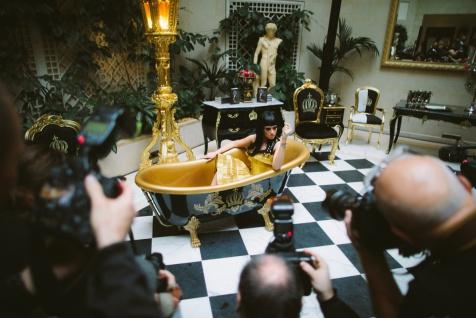 Pompöös by Casa Padrino Luxus Badewanne Deluxe freistehend von Harald Glööckler Schwarz / Gold / Schwarz 1470mm mit goldfarbenen Löwenfüssen - Vorschau 5