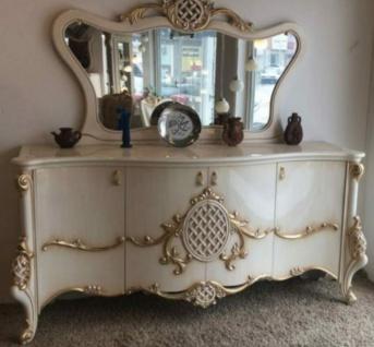 Casa Padrino Luxus Barock Möbel Set Sideboard mit Spiegel Weiß / Gold 215 x 60 x H. 105 cm - Prunkvoller Massivholz Schrank mit 4 Türen und elegantem Wandspiegel - Möbel im Barockstil