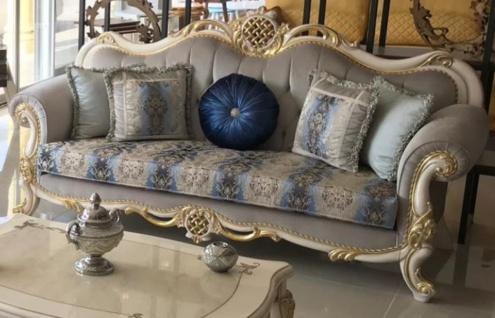 Casa Padrino Luxus Barock Sofa Grau / Blau / Weiß / Gold 222 x 82 x H. 120 cm - Prunkvolles Massivholz Wohnzimmer Sofa mit elegantem Muster und dekorativen Kissen - Barock Wohnzimmer Möbel