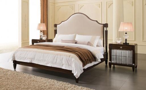 Casa Padrino Luxus Neoklassisches Schlafzimmer Set Hellbeige / Dunkelbraun / Silber - 1 Doppelbett mit Kopfteil & 2 Nachtkommoden - Neoklassische Schlafzimmer Möbel