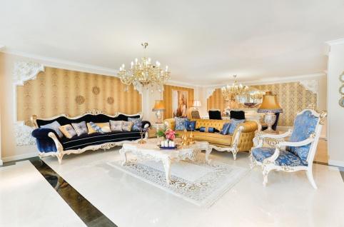 Casa Padrino Luxus Barock Wohnzimmer Set Blau / Weiß / Gold - 2 Sofas & 2 Sessel & 1 Couchtisch & 2 Beistelltische - Wohnzimmer Möbel im Barockstil - Edel & Prunkvoll
