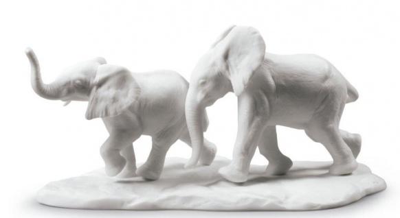 Casa Padrino Luxus Elefanten Figur / Skulptur Weiß 10 x H. 18 cm - Wohnzimmer Dekoration aus Feinstem Spanischen Porzellan