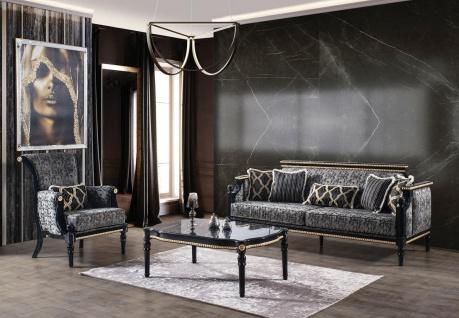 Casa Padrino Luxus Barock Wohnzimmer Set Grau / Schwarz / Gold - 2 Sofas & 2 Sessel & 1 Couchtisch mit Glasplatte in Marmoroptik - Wohnzimmer Möbel im Barockstil - Edel & Prunkvoll