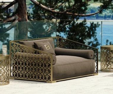 Casa Padrino Luxus Sessel Braun / Gold 135 x 109 cm - Handgefertigter Sessel mit Kissen - Wohnzimmer Sessel - Garten Sessel - Terrassen Sessel - Hotel Möbel - Luxus Qualität