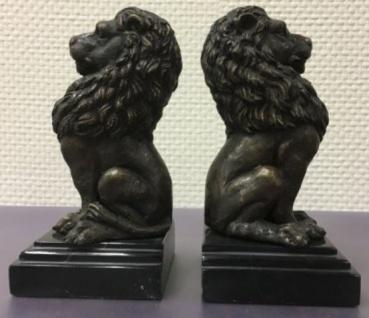 Casa Padrino Luxus Buchstützen 2er Set Bronze Löwen 9 x 9 x H. 19 cm - Deko Bronzefiguren mit Marmorsockel