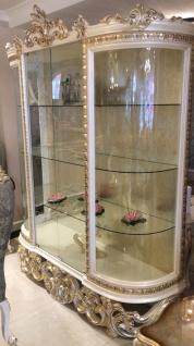 Casa Padrino Luxus Barock Vitrine Weiß / Silber / Gold 170 x 50 x H. 215 cm - Prunkvoller Vitrinenschrank mit 2 Glastüren und 3 Glasregalen - Barock Möbel