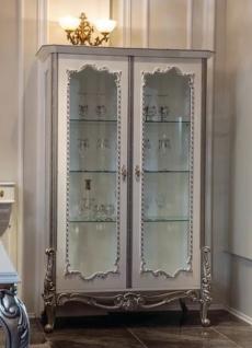 Casa Padrino Luxus Barock Vitrine Weiß / Silber 125 x 55 x H. 195 cm - Edler Massivholz Vitrinenschrank mit 2 Glastüren und 3 Glasregalen - Möbel im Barockstil
