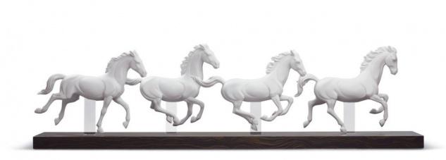 Casa Padrino Luxus Porzellan Skulptur Galoppierende Pferde Weiß / Schwarz 81 x H. 23 cm - Luxus Kollektion