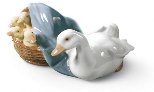 Casa Padrino Luxus Porzellan Skulptur Ente mit Nachwuchs Mehrfarbig 9 x H. 6 cm - Hangefertigte & Handbemalte Deko Figur