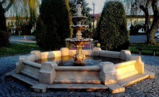 Casa Padrino Barock Springbrunnen / Gartenbrunnen Junge mit Goldfisch Grau Ø 490 x H. 190 cm - Großer 3-Stufiger Brunnen mit Umrandung