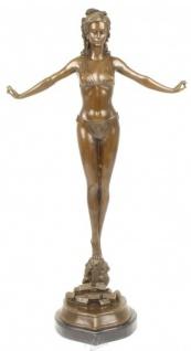 Casa Padrino Luxus Bronze Figur Frauenfigur auf Natursteinsockel - Art Deco Skulptur