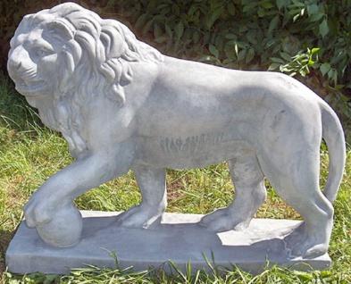 Casa Padrino Luxus Deko Skulptur Löwe mit Ball links Grau 75 x 22 x H. 58 cm - Prunkvolle Gartendeko