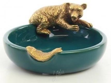 Casa Padrino Designer Porzellan Aschenbecher mit Bronzefiguren Bär & Fisch Grün / Gold 13 x 11, 6 x H. 5, 7 cm - Deko Accessoires