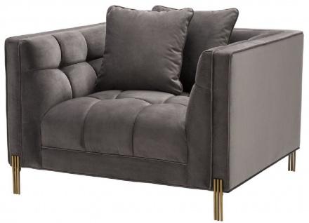 Casa Padrino Luxus Samt Sessel mit 2 Kissen Grau / Messingfarben 104 x 95 x H. 68 cm - Luxus Wohnzimmer Möbel