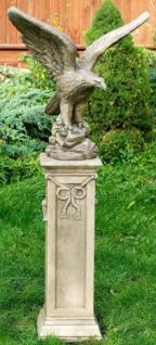 Casa Padrino Barock Adler Skulptur mit Sockel Antik Weiß / Grau 21 x 26 x H. 134 cm - Gartendeko im Barockstil
